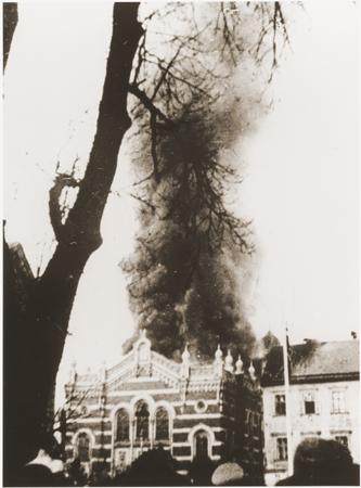 Burning_synagogue_Sudetenland_Kristallnacht.jpeg