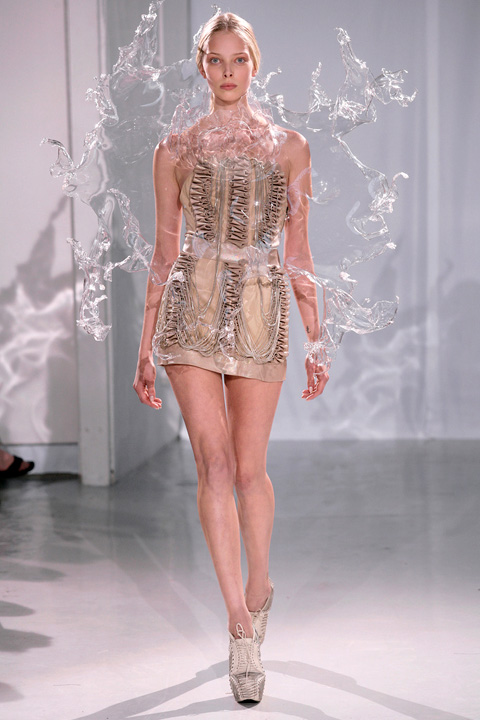 Iris_van_Herpen_splashing_water_dress_2.jpg