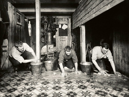 Ponting_and_Hurley_The_bi-weekly_ablution_of_The_Ritz_1915.jpg